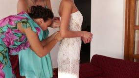 Robe de mariage de jeune mariée de dentelle de demoiselle d'honneur banque de vidéos