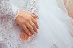 Robe de mariage et anneau des mains de la jeune mariée Images libres de droits