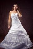 Robe de mariage s'usante de modèle de mode Photo libre de droits