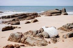 Robe de mariage sur la plage avec la vue de mer Image libre de droits