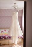 Robe de mariage sur le lustre Images libres de droits