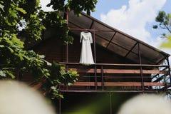 Robe de mariage sur un fond de nature Matin nuptiale Le début du jour du mariage photos stock