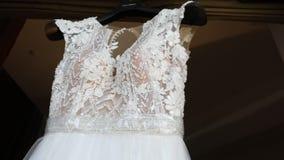 Robe de mariage sur un mannequin, dentelle d'une robe de mariage sur un mannequin, plan rapproché de robe de mariage clips vidéos