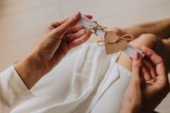 Robe de papier de note de cadeau de main de coeur de femme photos stock