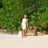 Robe de port de femme sur la plage chez les Seychelles Images stock