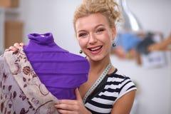 Robe de sourire de fixation de couturier dessus Photographie stock libre de droits