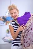 Robe de sourire de fixation de couturier dessus Photo libre de droits