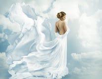 Robe de vol d'imagination de femmes, robe de ondulation soufflant sur le vent Photos stock
