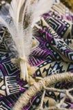 Robe, dreamcatcher se trouvant sur la terre sèche Style de hippie Photos libres de droits