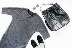 Robe femelle d'automne, sac en cuir, chaussures et lunettes de soleil Photos libres de droits