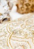 Robe l'épousant en soie exotique avec le thème indien et asiatique gravée avec des diamants photos stock