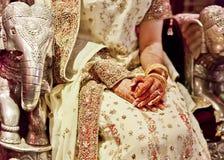 Robe l'?pousant en soie exotique avec le th?me indien et asiatique photos libres de droits