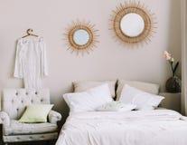 Robe l'?pousant blanche accrochant dans la chambre ? coucher La garde-robe de la fille Robe de dentelle à côté du miroir photo stock