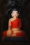 Robe longue birmanne de rouge de Bouddha Photos stock