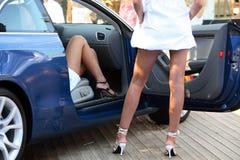 Robe longue blanche, véhicule bleu Photographie stock libre de droits