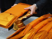 Robe longue jaune pour le moine bouddhiste photographie stock