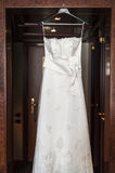 Robe ou robe de mariage accrochante. Photos libres de droits