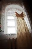 Robe par la fenêtre Photographie stock