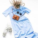 Robe rayée bleue avec les lunettes de soleil, les espadrilles blanches et le vintage c Images stock