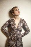 Robe s'usante de femme de beauté photographie stock libre de droits