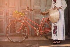 Robe traditionnelle du Vietnam avec tenir le chapeau Photographie stock libre de droits