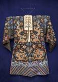 Robe von China, Anfang des 20. Jahrhunderts Seide, Goldthread, Stickerei Stockfotografie