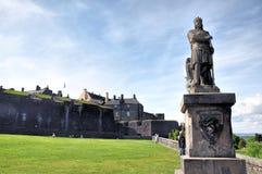 Robert το άγαλμα του Bruce μπροστά από το κάστρο Stirling, Σκωτία Στοκ Φωτογραφίες