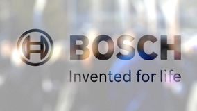 Robert Bosch-GmbHlogo auf einem Glas gegen unscharfe Menge auf dem steet Redaktionelle Wiedergabe 3D stock video footage