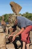 Robert Kaufmann balansera stenar Arkivbild