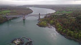 Robert Stephenson Britannia Bridge trägt Straße und Eisenbahn über den Menai-Straßen zwischen, Snowdonia und Anglesey stock video