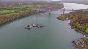 Robert Stephenson Britannia Bridge trägt Straße und Eisenbahn über den Menai-Straßen zwischen, Snowdonia und Anglesey stock video footage