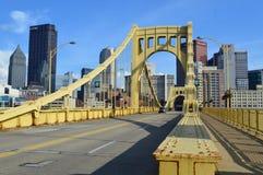 Roberto Clemente Bridge och Pittsburgh horisont Arkivbilder