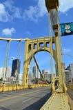 Roberto Clemente Bridge (sjätte gatabro) i Pittsburgh fotografering för bildbyråer