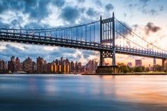 Roberto F Kennedy Bridge en la puesta del sol imagenes de archivo