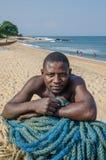 Robertsport Liberia, Styczeń, - 26, 2014: Portret opiera na sieciach przy plażą Afrykański rybak Obraz Royalty Free