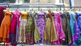 robes arrêtant le marché plusieurs vers le haut Photographie stock libre de droits