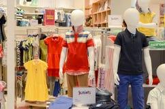 Robes d'enfants à vendre chez Hyperstar Photo stock