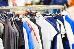 Robes dans la boutique image libre de droits