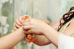 Robes de jeune mariée à la fille un bracelet Photographie stock