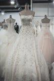 Robes de mariage sur l'affichage chez Si Sposaitalia à Milan, Italie Image libre de droits