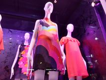 Robes de ressort, mode dans une fenêtre de magasin de NYC, Manhattan, New York City, NY, Etats-Unis Photos stock