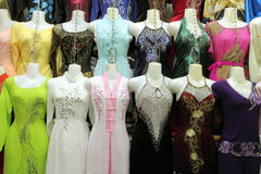 Robes de soie à vendre au marché Photos stock