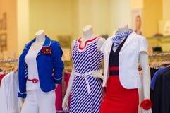Robes et procès de couleur sur des mannequins dans le mail Photos libres de droits