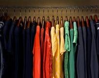 Robes jaunes, rouges, vertes et de bleu photos stock