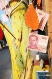 Robes longues de offre de la Thaïlande aux prêtres bouddhistes au monastère Photos stock