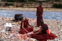Robes longues mourantes de moines Image libre de droits