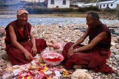 Robes longues mourantes de moines Images stock