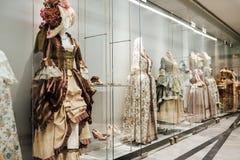Robes médiévales du ` s de femmes sur des mannequins Image stock