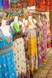 Robes sur la stalle du marché. Images libres de droits