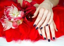 Robiący manikiur ręka łgarski puszek z kwiatami obraz stock